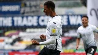 Cyn chwaraewr Derby Morgan Whittaker yn dathlu ei gol gyntaf i'r Elyrch y Bencampwiaeth.