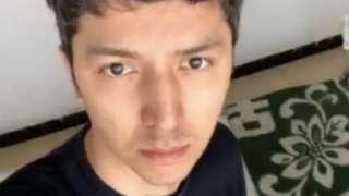 维吾尔人麦尔丹∙阿巴曾是中国的一名淘宝模特,但他却如今出现在一个新疆空荡荡的房间里。