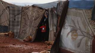"""Өздөрүн """"Ислам мамлекети"""" деп атаган экстремисттик тобу талкалангандан кийин жихадчылардын аялдары жана балдары Сирия менен Ирактын лагерлеринде кармалып турат"""