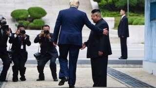 Donald Trump igihe yariko ajabuka umurongo ugabura ibihugu vya Koreya yinjira ku butaka bwa Koreya y'Uburaruko