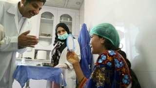 डा. जाल्माइ खान अहमदजाईले निःशुल्क शल्यक्रिया र अन्य उपचार गरिदिए