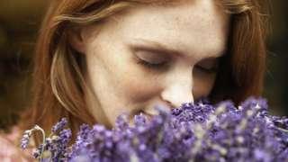 Жена мирише цвеће