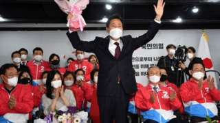 Oh Se-hoon, the candidate of the main opposition People Power Party, celebrates next to his wife