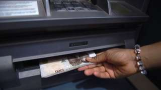 Pesin dey collect money from ATM