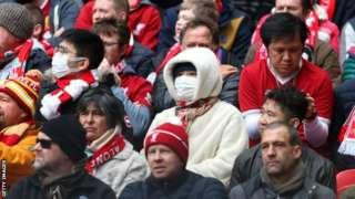 일부 팬들이 마스크를 쓰고 프리미어 경기를 관람하고 있다