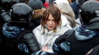 Una mujer es detenida durante una protesta en favor de Alexei Navalny