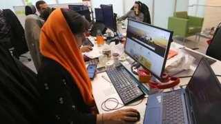 کارکنان یک شرکت خدمات مسافرتی در تهران