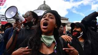 عکس یک سال پیش، ساشا جانسون در تظاهرات طرفداران حقوق سیاهپوستان در میدان ترافالگار در مرکز لندن