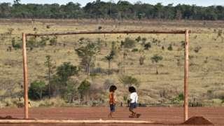 Crianças na terra indígena