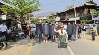 မသန်စွမ်းတွေဟာ စစ်အာဏာရှင်ဆန့်ကျင်ရေးအကြမ်းမဖက်လှုပ်ရှားမှု (CDM)ပါ၀င်ခဲ့ကြတဲ့အပြင် လမ်းပေါ်တက် ဆန္ဒဖော်ထုတ်ခဲ့ကြပါတယ်။
