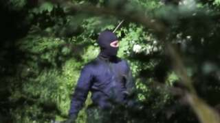 Maskeli polis güvenlik gücü, mültecileri dövüyor