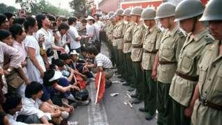 Người biểu tình ngồi trước mặt các binh lính canh gác ở đại lộ Chiangan hôm 1/6/1989
