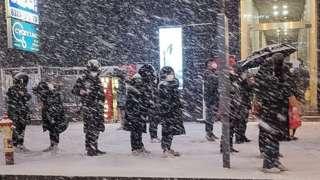 """퇴근길 눈이 펑펑 '집에 언제 가나'. 6일 저녁 서울 강남역 인근에서 시민들이 눈발을 맞으며 버스를 기다리고 있다. 기상청 관계자는 """"서울을 포함한 수도권은 퇴근시각이 눈이 내리는 때와 겹치면서 빙판길로 인한 차량지체 심할수 있으니 유의할 것""""을 당부했다"""