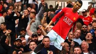 Manchester United taraftarı, son Premier Lig maçında Ronaldo transferini kutluyor