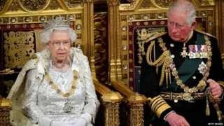 Ratu Elizabeth II didampingi Prince of Wales.