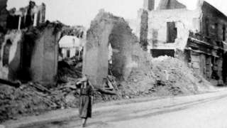 Жена у Вјелуњу после бомбардовања 1. септембра 1939. године