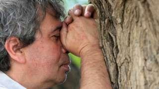 رجل حزين في الشارع