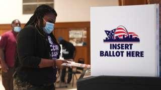 美國密蘇里州聖路易斯市一位女士在民主黨初選票站投票(4/8/2020)