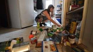 Một phụ nữ nhà ở Ridgecrest, California cho biết đã tốn cả ngày dọn dẹp nhà bếp, sau trận động đất mạnh 7,1 độ tại thành phố này, hôm 6/7/2019