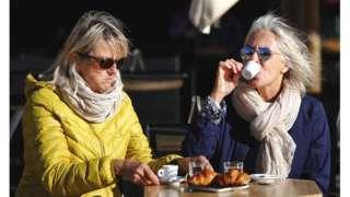Mulheres em café reaberto na França