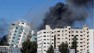 가자지구 내외신들이 입주한 건물인 12층 규모 잘라 타워가 15일(현지시간) 이스라엘의 공습으로 무너졌다