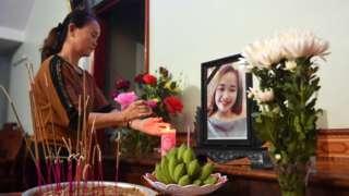 родственница у мемориала погибшей Буй Тхи Нхунг