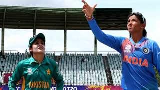 Harmanpreet Kaur of India toss the coin with Javeria Khan of Pakistan