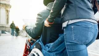 İngiltere'de geçen yıl koronavirüsten ölen her beş kişiden üçü engelli