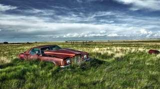 Заброшенный автомобиль в поле