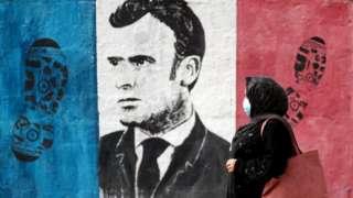 Gazze'de fransa bayrağı üstünde ayak izi ve Macron'un yüzünün olduğu bir duvar resmi