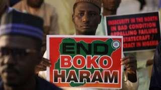 Des partisans de la « Coalition des groupes du Nord » (CNG) se rassemblent pour exhorter les autorités à secourir des centaines d'écoliers enlevés, dans l'État de Katsina, au nord-ouest du Nigeria, le 17 décembre 2020