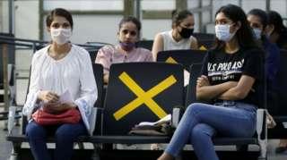 अहमदाबाद एअरपोर्टवर स्पाईसजेटच्या स्टाफला सूचना दिल्या जात असताना