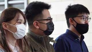 周庭(左)、黃之鋒(右)、林朗彥(中)在香港西九龍法院大樓外(23/11/2020)