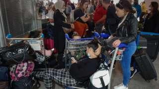 Des passagers attendant leur vol à l'aéroport de Marrakech dimanche 15 mars