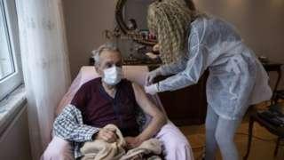 İstanbul'da evinde aşı yapılan bir kişi