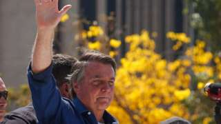 Jair Bolsonaro acena a apoiadores durante protesto de 7 de setembro em Brasília