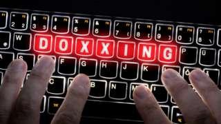 設計圖片:電腦鍵盤上出現英文「起底」字樣