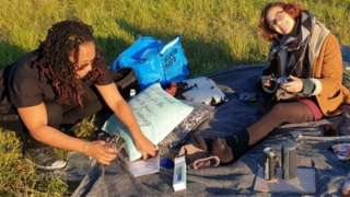 بلبا ہنری (بائیں جانب) اپنی بہن نکول سمالمین کے ساتھ اپنی چھیالیسویں سالگرہ منا رہی تھیں جب ان پر حملہ ہوا