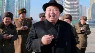 朝鲜领导人金正恩在视察期间经常拿着一支烟。
