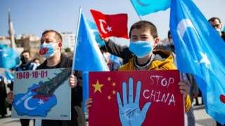 Minoritas Muslim Uighur berdemonstrasi