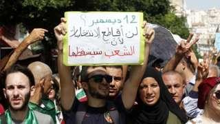 طلبة يتظاهرون في العاصمة الجزائر رفضا لإجراء انتخابات رئاسية قبل تغيير النظام بالكامل.