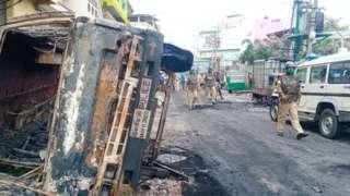 Protestocular araçları ateşe verdi ve polislere saldırdı