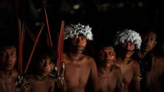 Lideranças dos povos Yanomami e Ye'kwana com adornos tradicionais de seu povo em encontro que debateu a presença de garimpeiros no território, em 2019