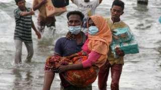 Warga melakukan evakuasi paksa pengungsi etnis Rohingya dari kapal di pesisir pantai Lancok, Kecamatan Syantalira Bayu, Aceh Utara, Aceh, Kamis (25/06).