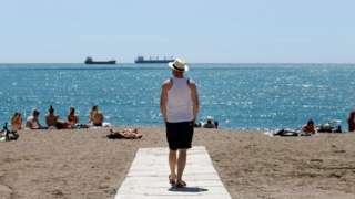 Pessoas curtem a praia em Málaga, na Espanha