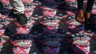 ผู้ประท้วงเหยียบรูปหน้าผู้นำกองทัพเมียนมา