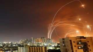 အစ္စရေးဒုံးခွင်းဒုံးတွေက ဝင်လာတဲ့ ဒုံးကျည်တွေကို ကြားဖြတ်ပစ်ချနေ