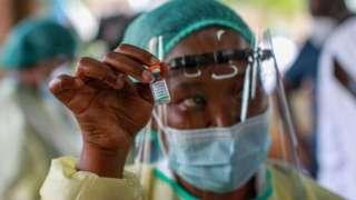 非洲護士舉著疫苗