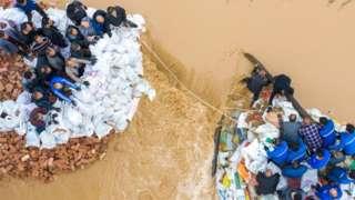 بارندگی و توفانهای شدید و طولانی، تلاشها برای نجات مردم را مختل کرده است