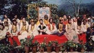 Os Beatles e suas companheiras no ashram de Maharishi Mahesh Yogi em março de 1968